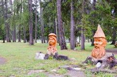 Escultura de madeira de um par fotos de stock royalty free