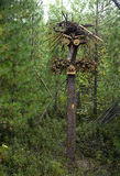 Escultura de madera de ganchos, de tocones y de ramas en el bosque imagen de archivo libre de regalías