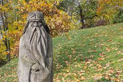 Escultura de madera del viejo hombre con una barba larga Imagen de archivo
