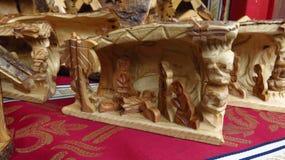 Escultura de madera de la escena de la natividad en el mercado de la Navidad Imagen de archivo libre de regalías