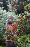 Escultura de madera maorí en rojo Fotos de archivo libres de regalías