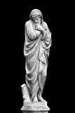 Escultura de mármol del parque de un viejo hombre que congela y envuelto en las sobrecamas que personifican la estación fría del  Imágenes de archivo libres de regalías