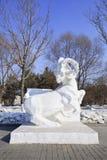 Escultura de nieve de un buey en Jingyuetan Forest Park nacional en Changchun, China Fotos de archivo