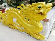 Escultura de oro asiática del dragón Fotografía de archivo libre de regalías