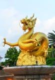 Escultura de oro del drag?n en el parque p?blico imagen de archivo