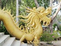 Escultura de oro del dragón asiático Imagen de archivo libre de regalías