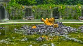 """Escultura de oro en la fuente del †""""Bassin de l Encelade de Versalles imagen de archivo libre de regalías"""