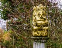 Escultura de oro en un polo de piedra, decoraciones espirituales de Ganesha para el jardín, dios del elefante de la India foto de archivo libre de regalías