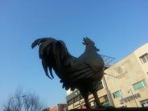Escultura de oro icónica del gallo en la ciudad de Chuncheon Foto de archivo libre de regalías
