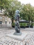 Escultura de Ossip Zadkine en la ruda Bonaparte, París imagenes de archivo