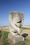 Escultura de pedra abstrata nos campos Foto de Stock