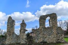 Escultura de pedra arruinada em um parque, Inglaterra Fotos de Stock Royalty Free