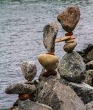 Escultura de pedra com mar e farol Imagem de Stock Royalty Free