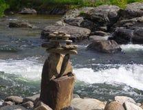 Escultura de pedra com mar e farol Fotografia de Stock Royalty Free