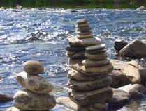 Escultura de pedra com mar e farol Imagens de Stock