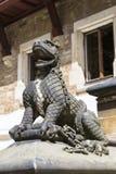 Escultura de pedra de um lagarto foto de stock