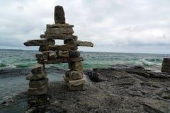 Escultura de pedra pelo lago imagem de stock