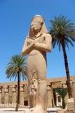 Escultura de Pharaon con la esposa en el templo de Karnak Fotografía de archivo libre de regalías
