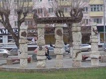 Escultura de piedra con el mar y el faro foto de archivo libre de regalías