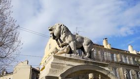 Escultura de piedra del león, la calle más vieja en la capital de España, la ciudad de Madrid existencias Estatua del león en el  almacen de video