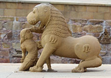 Escultura de piedra en templo hindú en Khajuraho, la India. Foto de archivo libre de regalías