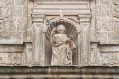 Escultura de San Francisco Javier en el facha de la iglesia de la misma en el cuadrado de San Jorge en Caceres fotos de archivo libres de regalías