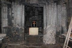 Escultura de Shanthaleswara en el lugar sagrado principal del templo del hoysaleswara Foto de archivo libre de regalías