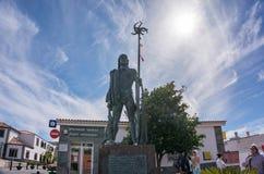 Escultura de um caçador antigo no centro da cidade contra o céu azul imagem de stock royalty free