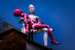 A escultura de um homem leva uma senhora no telhado em Samcheongdong imagem de stock