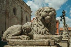 Escultura de um leão de assento cinzelado na pedra em Avila foto de stock royalty free