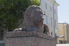 Escultura de um leão na terraplenagem de Makarova em St Petersburg Fotos de Stock Royalty Free