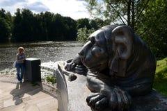 Escultura de um leão no cais redondo da lagoa superior de Kuzminsky Foto de Stock