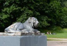 Escultura de um leão no cais redondo da lagoa superior de Kuzminsky Fotografia de Stock
