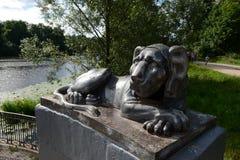 Escultura de um leão no cais redondo da lagoa superior de Kuzminsky Imagem de Stock