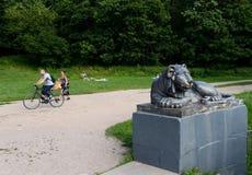 Escultura de um leão no cais redondo da lagoa superior de Kuzminsky Fotos de Stock Royalty Free