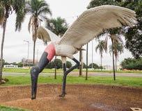 Escultura de um Tuiuiu em Aeroporto Internacional de Campo Grandioso Imagens de Stock