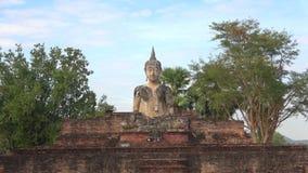 Escultura de uma Buda assentada nas ruínas de um templo budista, Wat Mae Chon Sukhothai, Tailândia filme