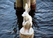 Escultura de uma lebre Fotos de Stock Royalty Free