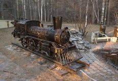 Escultura de uma locomotiva no parque fotografia de stock