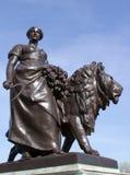 Escultura de uma mulher com um leão em Londres Fotografia de Stock Royalty Free
