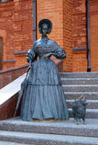 Escultura de uma senhora com um cão pequeno em Mogilev Imagem de Stock