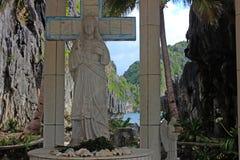 Escultura de un ángel con una cáscara del mar filipinas imagen de archivo