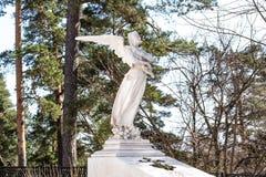 Escultura de un ángel que lamenta de los pecados de la gente imagenes de archivo