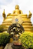 Escultura de un Buda de oro y de hojas de un árbol con deseos Fotos de archivo libres de regalías