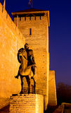 Escultura de un caballero antes del castillo Imágenes de archivo libres de regalías