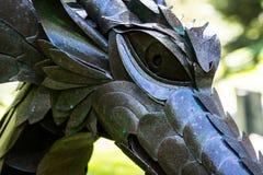 Escultura de un dragón en un jardín de Mendocino Foto de archivo
