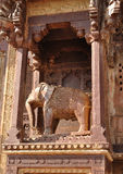 Escultura de un elefante en Orcha. La India Imágenes de archivo libres de regalías