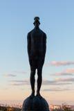 Escultura de un hombre con un descenso en su cabeza sobre las ciudades de Kiev Imagen de archivo libre de regalías