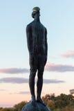 Escultura de un hombre con un descenso en su cabeza sobre las ciudades de Kiev Imágenes de archivo libres de regalías