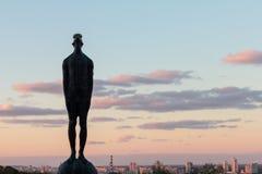 Escultura de un hombre con un descenso en su cabeza sobre las ciudades de Kiev Foto de archivo libre de regalías